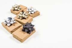 Cadeaux enveloppés par vacances avec des arcs Photos stock