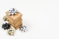 Cadeaux enveloppés par vacances avec des arcs Image libre de droits