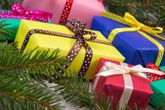 Cadeaux enveloppés pour Noël ou d'autres branches de célébration et impeccables sur la vieille planche Images stock