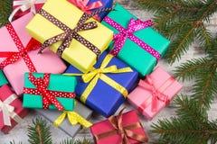 Cadeaux enveloppés pour Noël ou d'autres branches de célébration et impeccables sur la vieille planche Image libre de droits