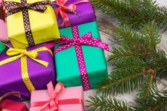 Cadeaux enveloppés pour Noël ou d'autres branches de célébration et impeccables sur la vieille planche Photo libre de droits