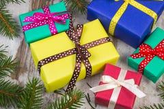Cadeaux enveloppés pour Noël ou d'autres branches de célébration et impeccables sur la vieille planche Photo stock