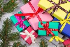 Cadeaux enveloppés pour Noël ou d'autres branches de célébration et impeccables sur la vieille planche Photographie stock libre de droits