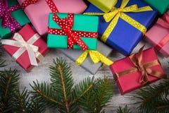 Cadeaux enveloppés pour Noël ou d'autres branches de célébration et impeccables sur la vieille planche Images libres de droits