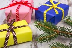 Cadeaux enveloppés pour Noël ou d'autres branches de célébration et impeccables sur la vieille planche Photos libres de droits