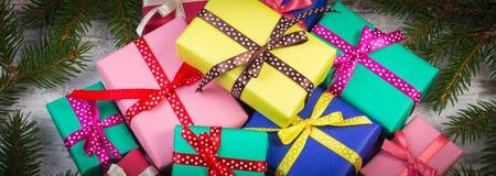 Cadeaux enveloppés pour Noël ou toute autre célébration avec le cadre des branches impeccables Images stock