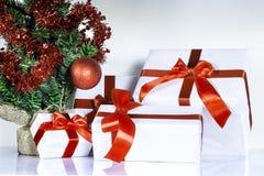 Cadeaux et arbre de Noël images libres de droits