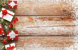Cadeaux et arbre de Noël sur la table en bois avec l'espace libre Images stock