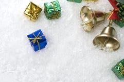 Cadeaux et Bells de Noël sur la neige blanche Photos stock