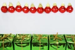 Cadeaux et billes de Noël images stock
