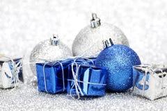 Cadeaux et billes de Noël Image libre de droits