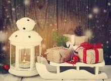 Cadeaux et bougie de Noël photographie stock libre de droits