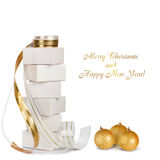 Cadeaux et boules de Noël avec le ruban d'or Images libres de droits
