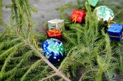 Cadeaux et boules de Noël sous le sapin Photo stock