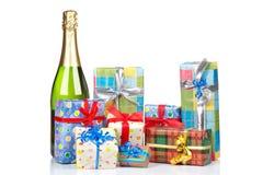 Cadeaux et bouteille de champagne Images libres de droits