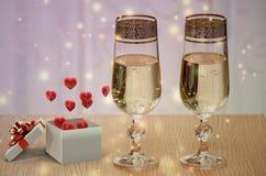 Cadeaux et champagne de jour de valentines Photographie stock