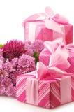 Cadeaux et chryzanthemiums roses Image stock