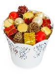 Cadeaux et décharges d'or de Noël dans le seau blanc décoratif Photographie stock