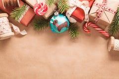 Cadeaux et décorations de Noël Images libres de droits