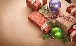 Cadeaux et décorations de Noël Photographie stock libre de droits