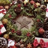 Cadeaux et ornements de Noël sur une table en bois rustique, avec un r Image libre de droits