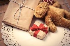 Cadeaux et ours de nounours Photo stock