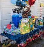 Cadeaux et présents d'anniversaire prêts pour s'ouvrir Images libres de droits