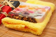 Cadeaux et savon de fruits Image stock