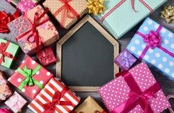Cadeaux et tableau vide Photo libre de droits