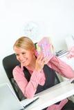 Cadeaux heureux de fixation de femme d'affaires dans des mains photographie stock libre de droits