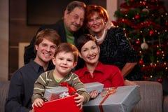 Cadeaux heureux de Noël de fixation d'enfant Image libre de droits