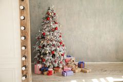 Cadeaux intérieurs d'arbre de nouvelle année de carte de voeux de salles de Noël vieux photos libres de droits