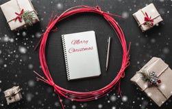Cadeaux modernes de Noël avec l'espace pour le message de Noël pour aimé Photos libres de droits