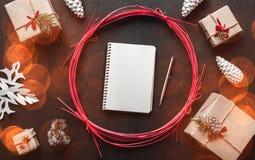 Cadeaux modernes de Noël avec l'espace pour le message de Noël pour aimé bakgraund, plat Photos libres de droits
