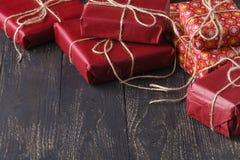 Cadeaux modernes sur une table rustique en bois avec l'espace de copie Noël photographie stock