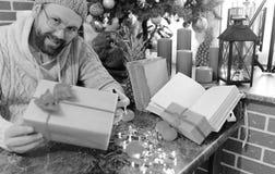 Cadeaux monochromes de Noël d'écriture d'homme de barbe sur une table Image libre de droits