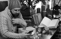 Cadeaux monochromes de Noël d'écriture d'homme de barbe sur une table Photo libre de droits