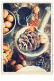 Cadeaux naturels de Noël dans un mortier Noix, cônes de pin, amandes image libre de droits