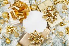 Cadeaux ou boîtes d'or de présents, blanc de papier, arbre de sapin neigeux et décorations de Noël sur la vue supérieure en bois  photo stock