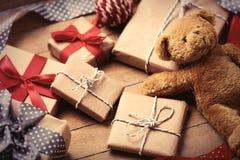 Cadeaux, ours de nounours et boule Photographie stock libre de droits