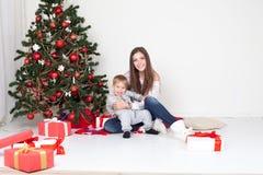 Cadeaux ouverts de mère et de fils Noël et la nouvelle année Photos libres de droits