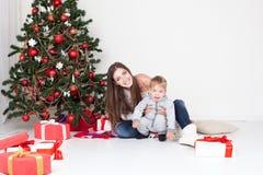 Cadeaux ouverts de mère et de fils Noël et la nouvelle année Image libre de droits