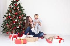 Cadeaux ouverts de mère et de fils Noël et la nouvelle année Images stock