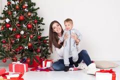 Cadeaux ouverts de mère et de fils Noël et la nouvelle année Images libres de droits