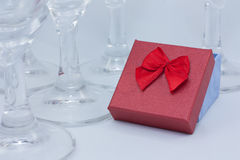 Cadeaux parmi des verres Photo stock