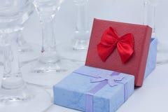 Cadeaux parmi des verres Photographie stock libre de droits