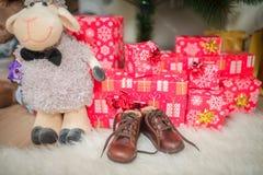 Cadeaux pour le bébé sous l'arbre de Noël Photographie stock libre de droits