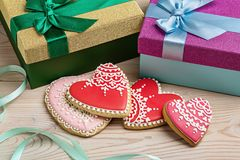 Cadeaux pour le jour du ` s de Valentine aux boîtes et aux coeurs de pain d'épice Image stock