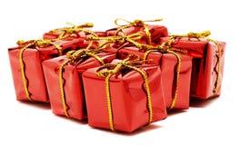 Cadeaux rouges sur un fond blanc Images libres de droits