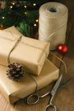 Cadeaux rustiques de Noël sur le fond en bois image libre de droits